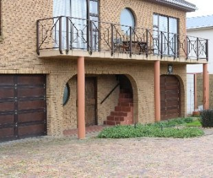 R 2,845,000 - 3 Bed House For Sale in Uitzicht