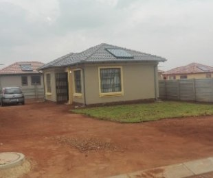 R 690,000 - 2 Bed House For Sale in Witpoortjie