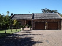 R 2,290,000 - 4 Bedroom, 2 Bathroom  House For Sale in Sonstraal