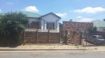 R 800,000 - 3 Bedroom, 1 Bathroom  House For Sale in Albertville