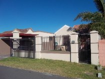 R 940,000 - 2 Bedroom, 1 Bathroom  House For Sale in Vredekloof