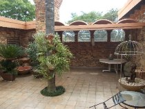 R 2,100,000 - 4 Bedroom, 2 Bathroom  House For Sale in Moreleta Park