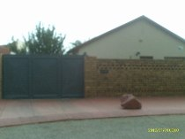 R 480,000 - 3 Bedroom, 1 Bathroom  House For Sale in Vosloorus