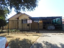 R 680,000 - 3 Bedroom, 1 Bathroom  House For Sale in Witpoortjie
