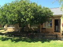 R 540,000 - 3 Bedroom, 1 Bathroom  House For Sale in Table View