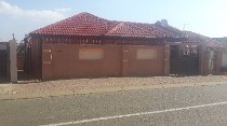 R 690,000 - 3 Bedroom, 2 Bathroom  House For Sale in Protea North