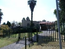 R 1,699,000 - 4 Bedroom, 2.5 Bathroom  House For Sale in Kloofendal