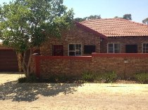 R 8,400 - 2 Bedroom, 2 Bathroom  Property To Rent in Honeydew Ridge, Roodepoort