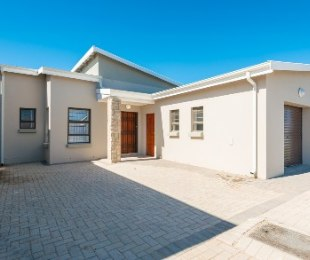 R 950,000 - 2 Bed House For Sale in Pacaltsdorp
