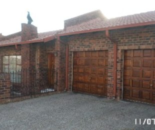 R 2,200,000 - 4 Bed Property For Sale in Country View