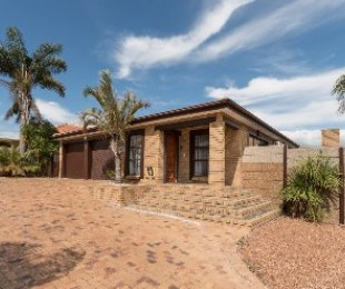 R 2,495,000 - 3 Bed House For Sale in Sonstraal East