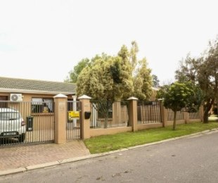 R 1,650,000 - 2 Bed House For Sale in Langeberg