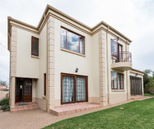 R 2,600,000 - 3 Bed House For Sale in Broadacres