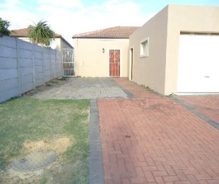 R 875,000 - 2 Bed House For Sale in Gordon's Bay