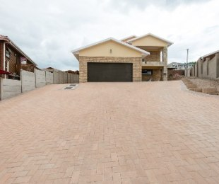 R 2,565,000 - 4 Bed House For Sale in Fraaiuitsig