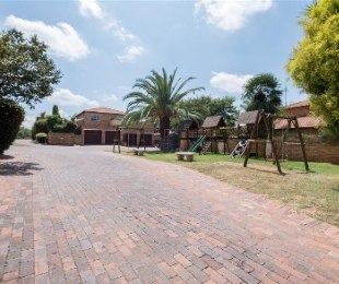 R 1,450,000 - 4 Bed House For Sale in Sundowner