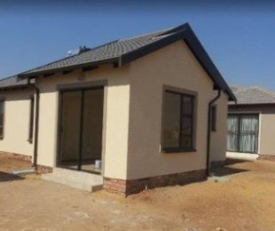 R 450,000 - 2 Bed Home For Sale in Palm Springs
