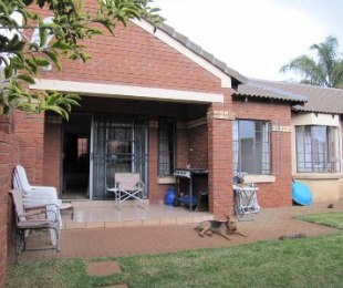 R 990,000 - 2 Bed Property For Sale in Monavoni