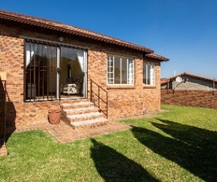 R 910,000 - 2 Bed House For Sale in Honeydew