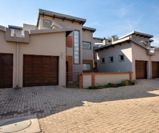 R 1,450,000 - 2 Bed Property For Sale in Die Hoewes