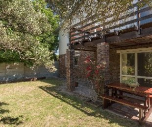 R 8,000 - 1 Bed Property To Let in Hout Bay