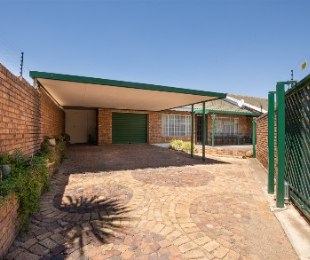 R 1,180,000 - 3 Bed House For Sale in Heidelberg Central