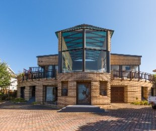 R 3,400,000 - 5 Bed House For Sale in Hersham