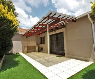 R 1,095,000 - 2 Bed Property For Sale in Bromhof