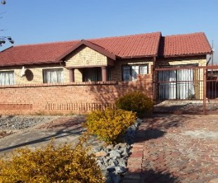 R 1,230,000 - 8 Bed House For Sale in Philip Nel Park