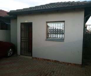 R 690,000 - 2 Bed House For Sale in Clayville
