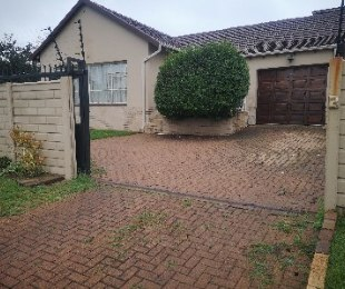 R 1,250,000 - 5 Bed Property For Sale in Symhurst
