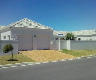 R 2,750,000 - 3 Bed House For Sale in Sunningdale